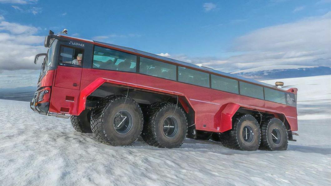 有旅行社看準商機,以大型八輪旅遊巴士載運遊客。(圖片來源/ Sleipnir Tours) 「八輪巴士」造價1,500萬新台幣 Sleipnir險惡冰川沒在怕