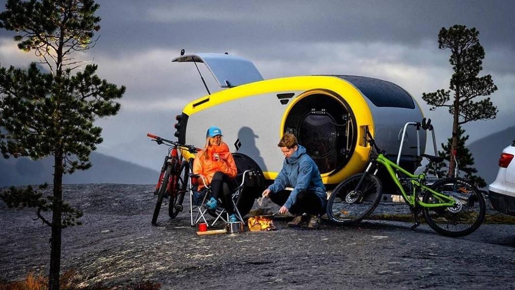 Mink 2.0 Sports Camper車艙內不但具備全景式天窗,還配置了室外廚房設備,售價為14,160歐元起,約合新台幣48萬元。(圖片來源/ Mink) 冰島露營拖車只賣48萬元 3米不到有天窗有廚房還有暖氣