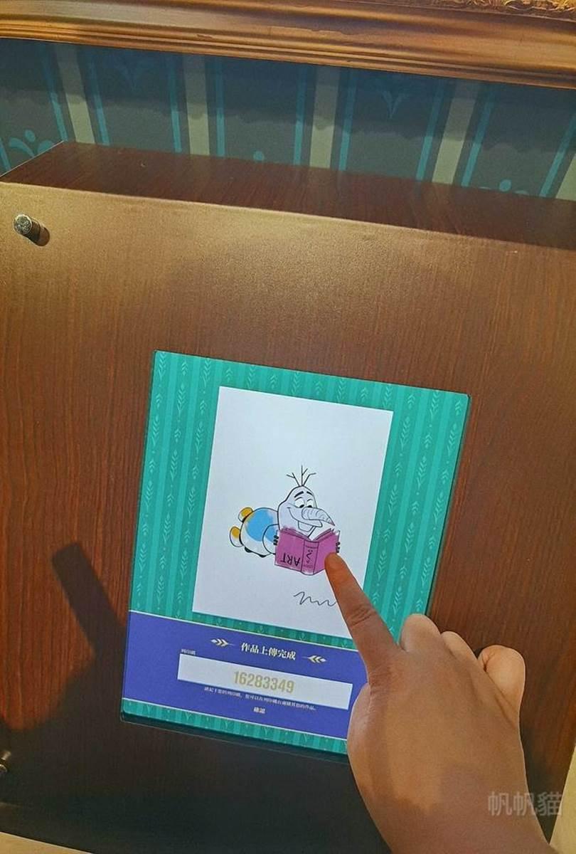 搭雙層巴士去看展!迪士尼「冰雪奇緣特展」拍真人比例艾莎、安娜,還能玩互動彈力床