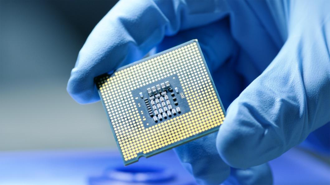 受疫情影響全球晶片短缺,資深採購經理更表示要等到2022年年中才有機會緩解。(圖片來源/ shutterstock達志影像) 晶片短缺何時緩解? 全球電子代工大廠看衰:至少要到2022年中