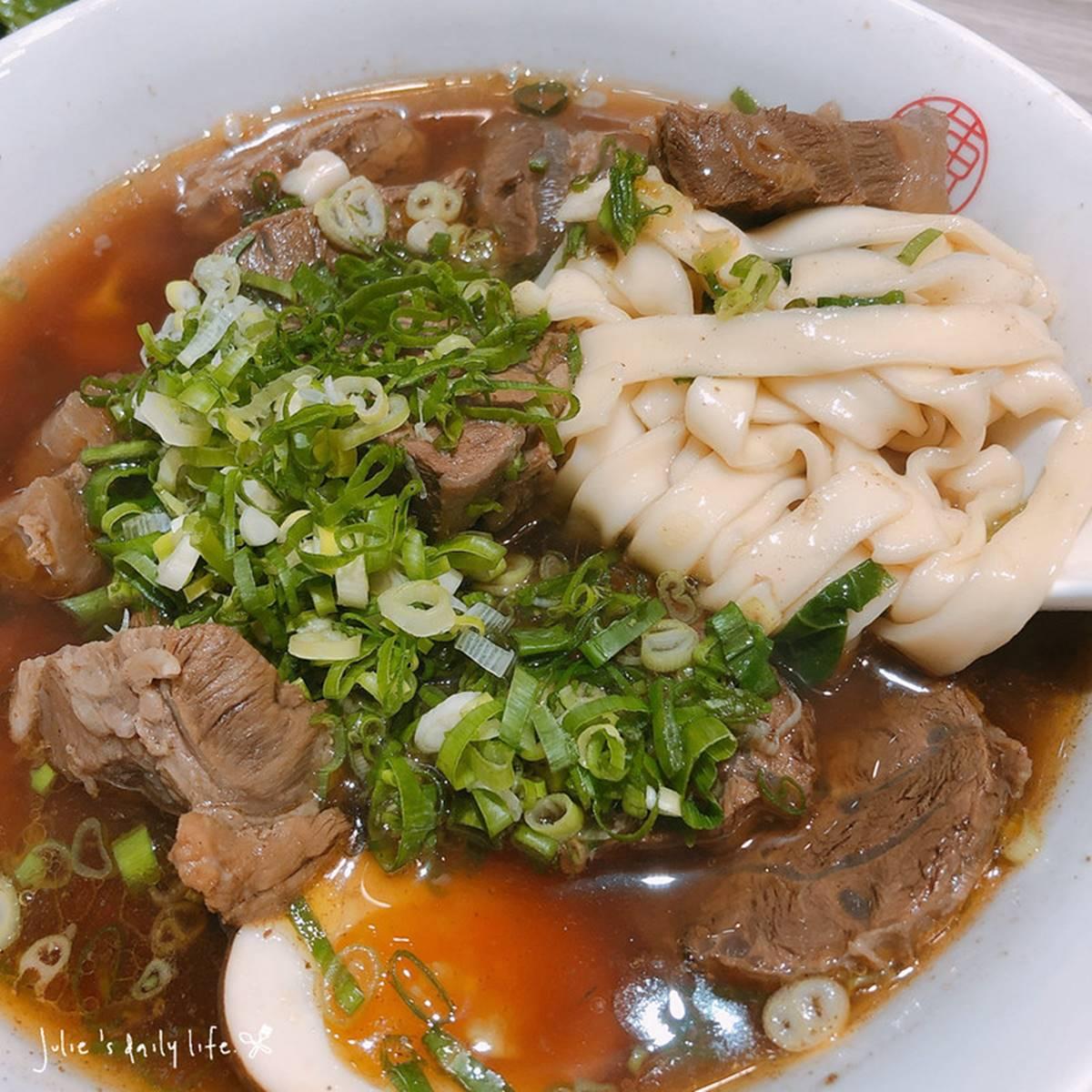 肉塊鋪滿碗!板橋文青系牛肉麵客滿也要吃,招牌豬油拌飯攪蛋黃飄香