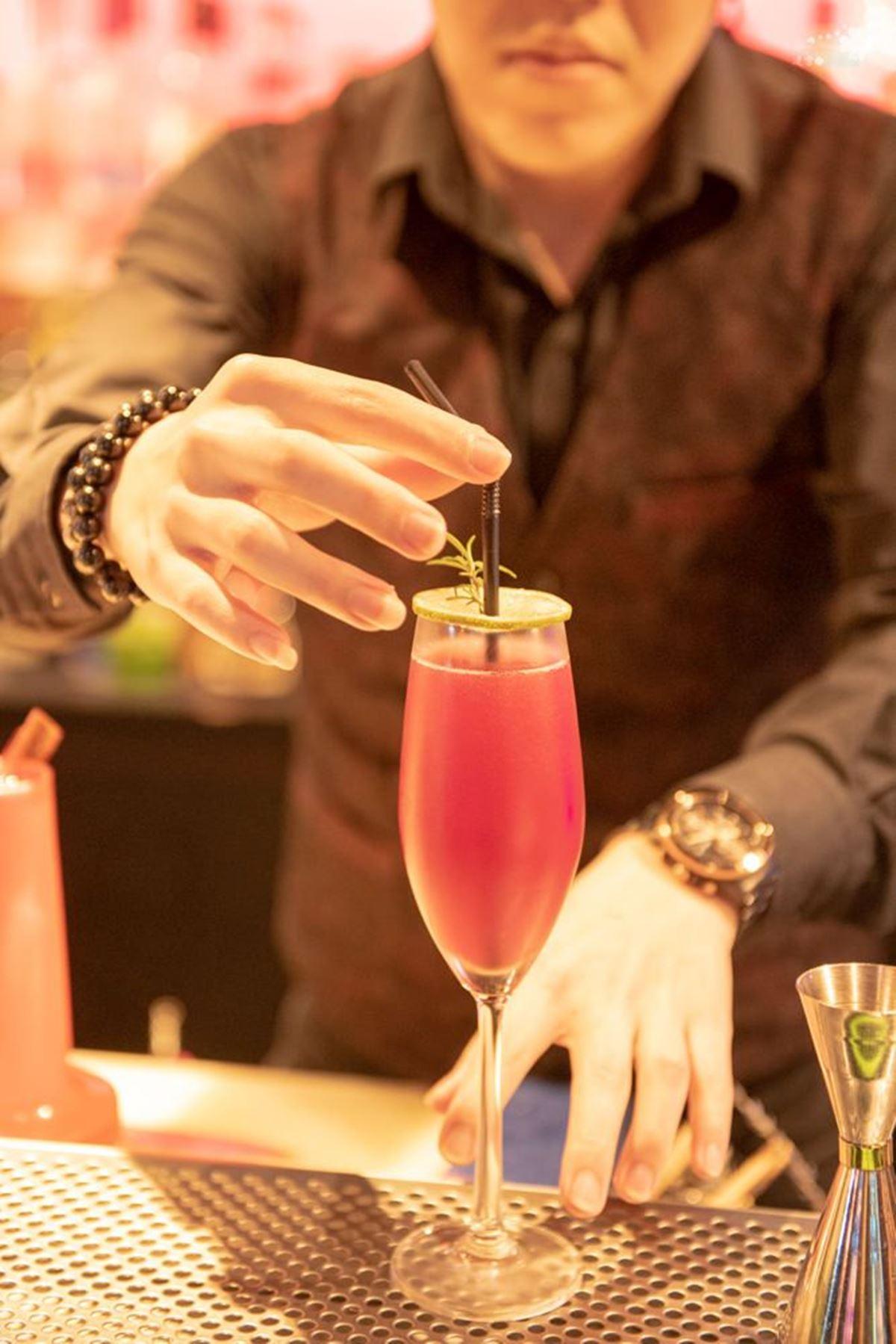 愈夜愈嗨!台北酒吧繽紛試管調酒超有哏,女孩必點液體蛋糕有濃濃焦糖香