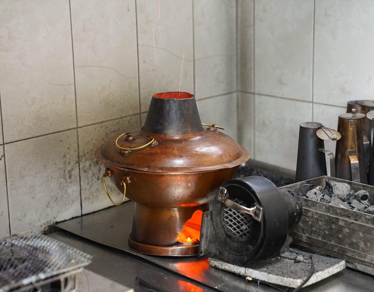 傳承超過一甲子!炭燒東北酸菜鍋「天然發酵」湯底超清爽,隱藏菜單3天前就要預訂