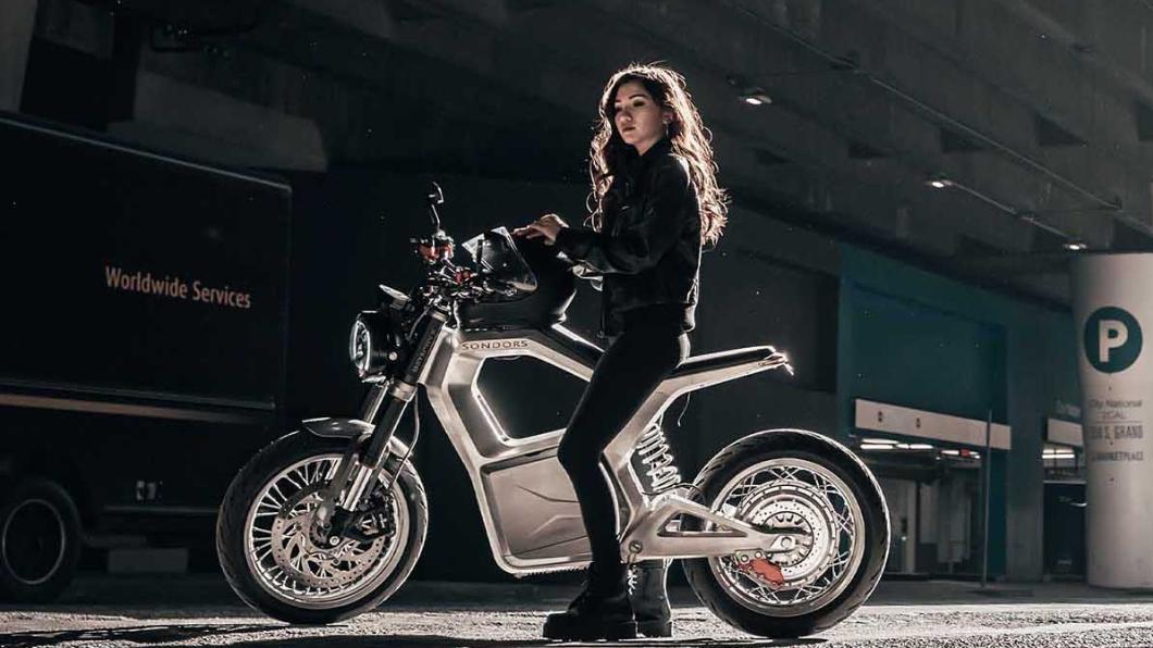 國公司Sondors推出一款相當造型設計「獨特」的電動機車Metacycle,售價為5,000美元,約合新台幣14萬元。(圖片來源/ Sondors) 金屬簍空Metacycle超有型 電動機車竟有「無線充電板」!