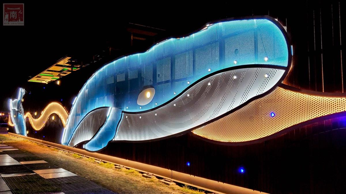 台南安平打卡熱點!星光牆2隻藍鯨優游超夢幻,「觀景樓」還能俯拍碼頭美景