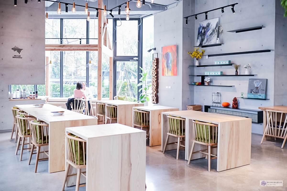 網美瘋打卡!桃園時尚咖啡廳落地窗、木桌椅設計超好拍,必點軟殼蟹沙拉、熔岩抹茶蛋糕