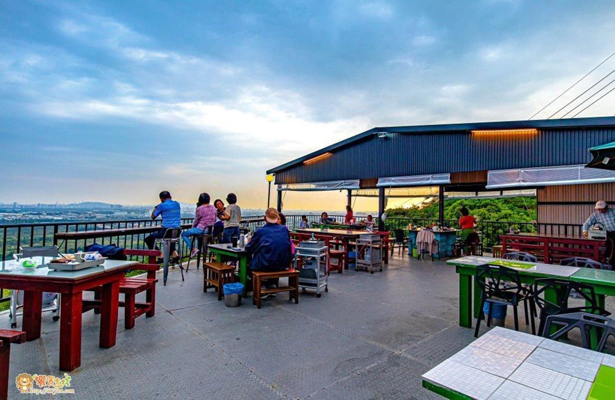 小崗山夜景第一排!高雄不限時景觀餐廳180度視野看到飽,必吃獨家酥皮甕仔雞
