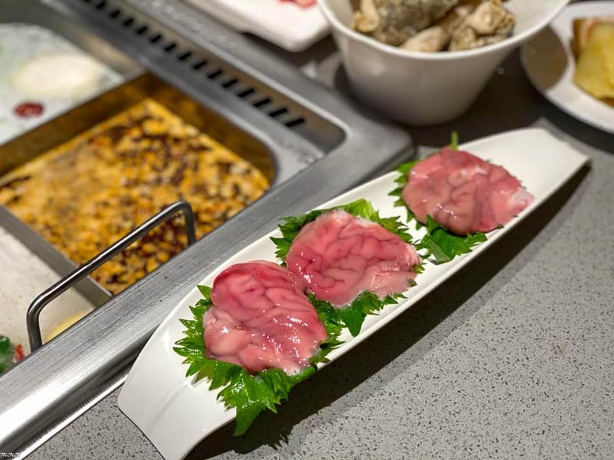 台南超有哏火鍋!四宮格湯底煮四川酥肉、豬腦花,還能看撈麵秀、變臉秀