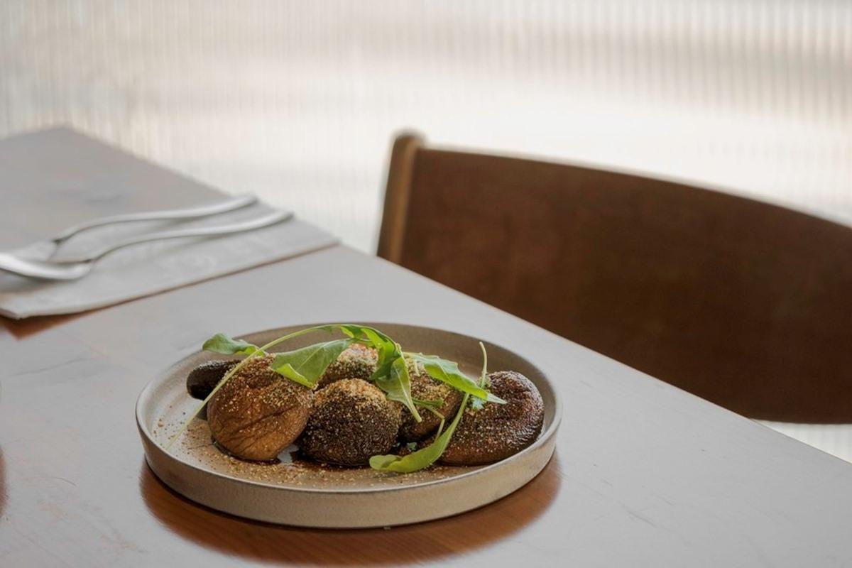 好吃到想舔盤!新竹低調餐酒館必點焦化奶油烤香菇,粉嫩鴨胸醬汁居然是「這個」