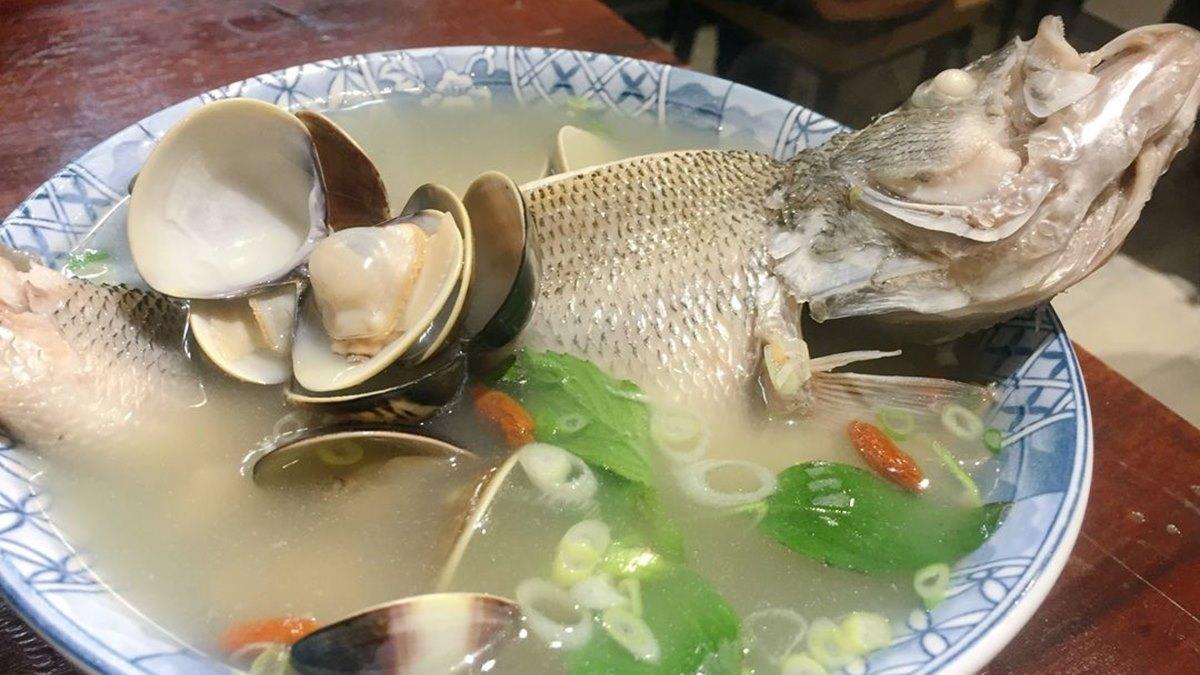 晚來喝不到!新店人氣魚湯吃得到整隻新鮮鱸魚,柴燒麥芽豬腳愈嚼愈香也必點