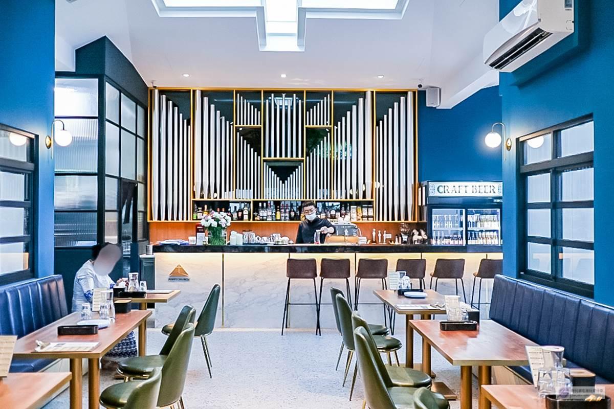 每個角落都美拍!夢幻教堂白天是咖啡廳、晚上變餐酒館,必吃千層米干搭網格布丁