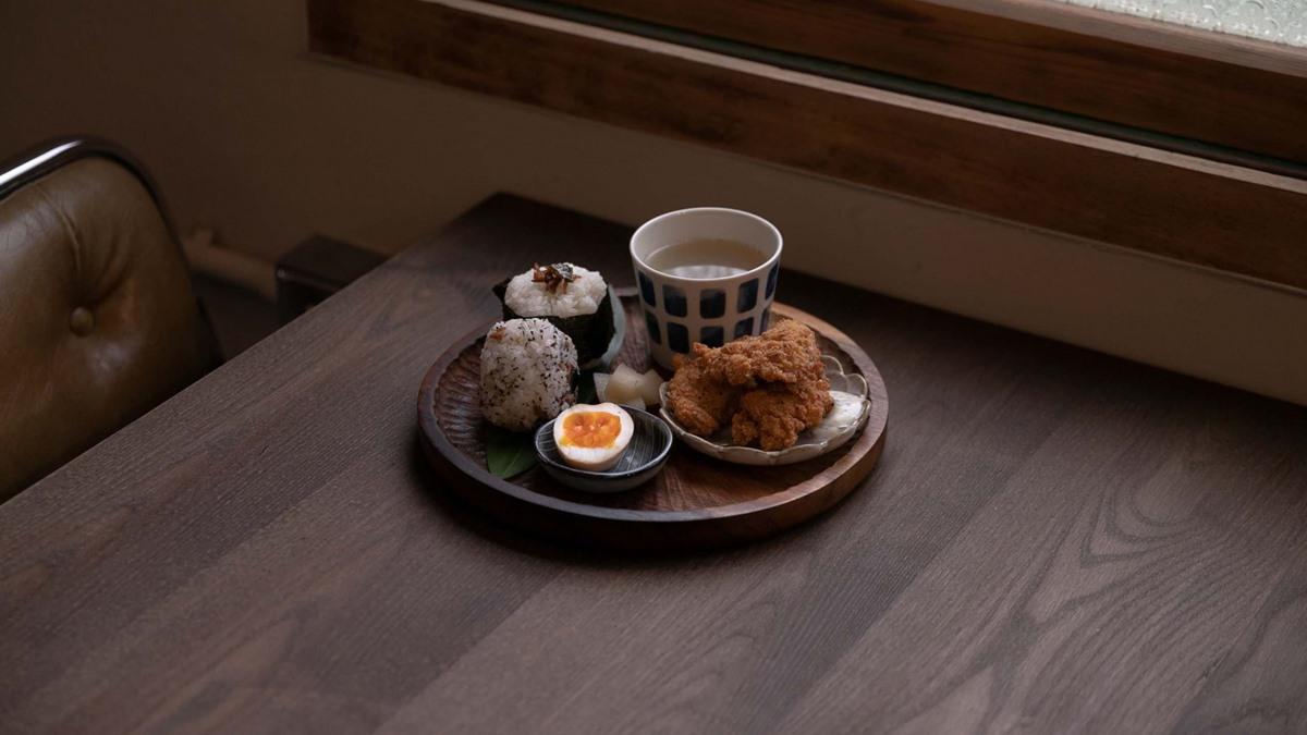 網美口袋新名單!新竹老宅咖啡廳打卡必點「紅的花拿鐵」,邪惡系水波蛋咖哩超下飯