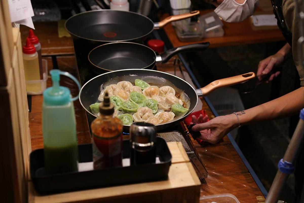 想吃碰運氣!台南幽靈餐車「綠皮煎餃」外酥內香,淋上特製青辣椒檸檬醬更唰嘴