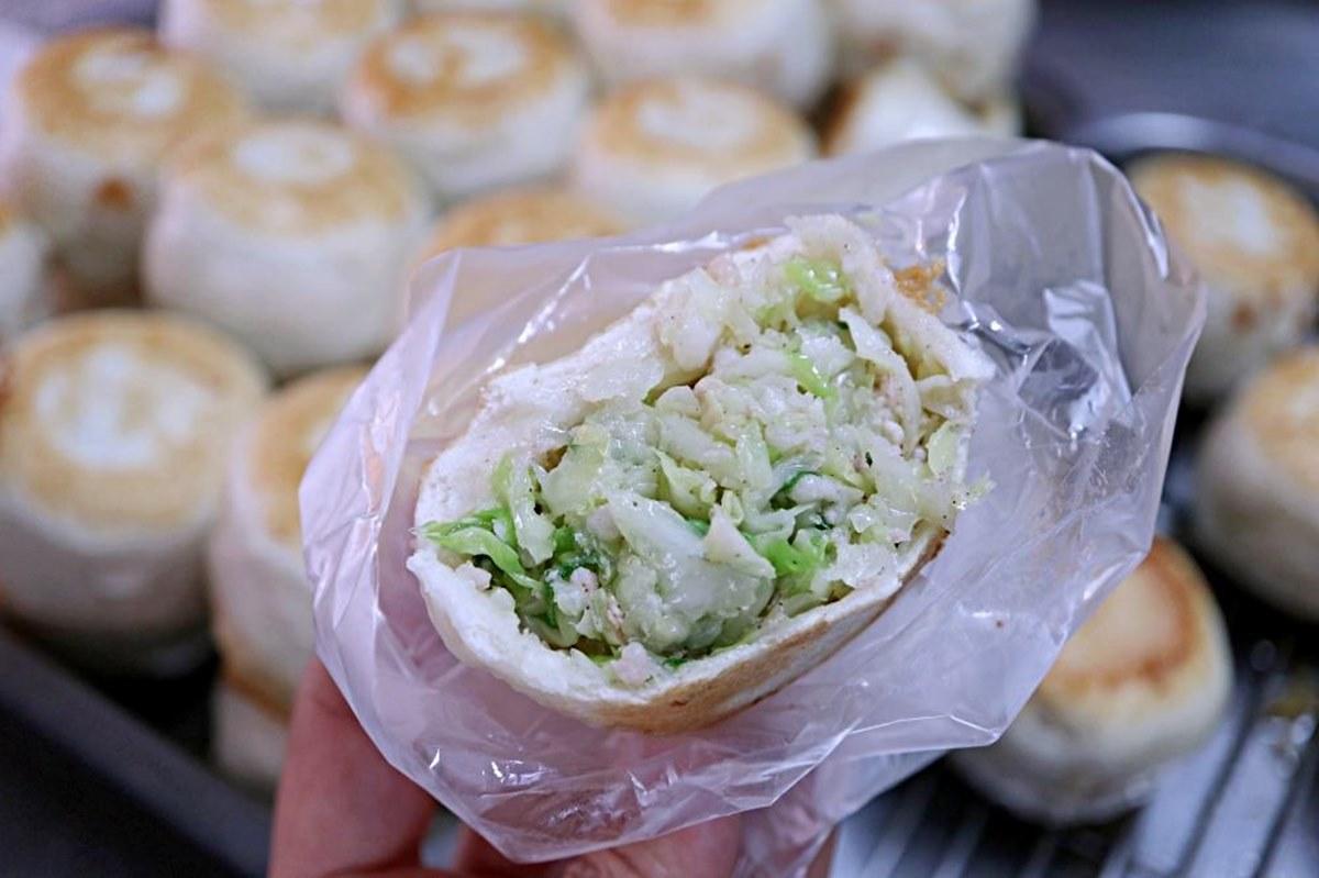 CP值超高!台中「10元水煎包」吃得到滿滿高麗菜,老闆大推韭菜包要配甜辣醬