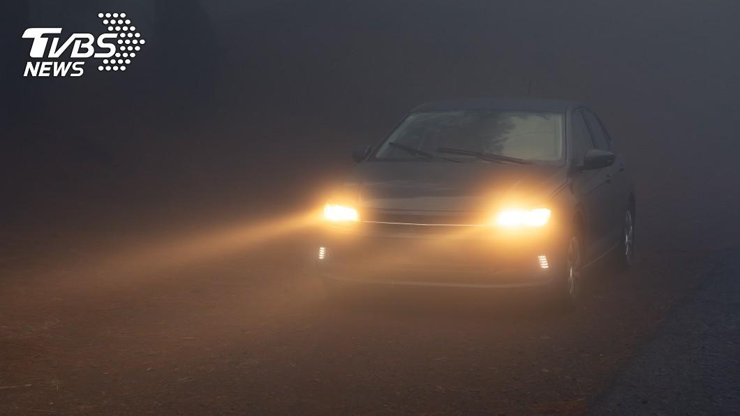 霧區行車,簡單幾格小動作就可以提升行車安全。(圖片來源/ Shutterstock) 開車遇濃霧如何自保? 幾個小動作保命大關鍵