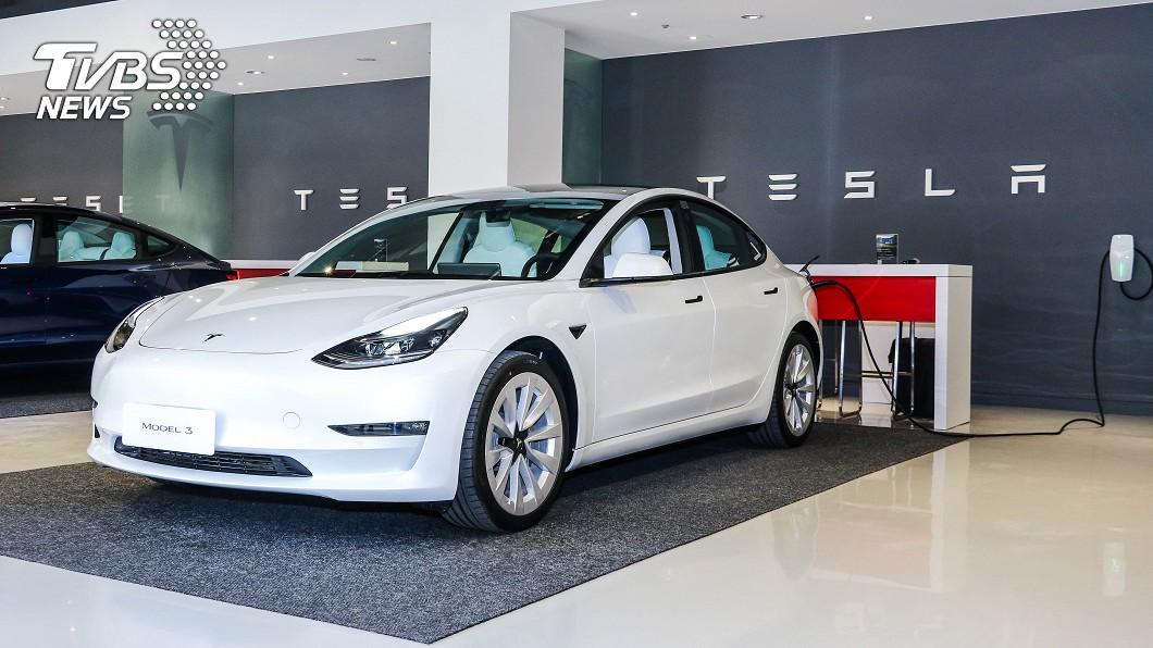 Tesla公開介紹新世代壁掛式充電裝置。 充電樁也能雲端更新 特斯拉新世代壁掛充電座更聰明