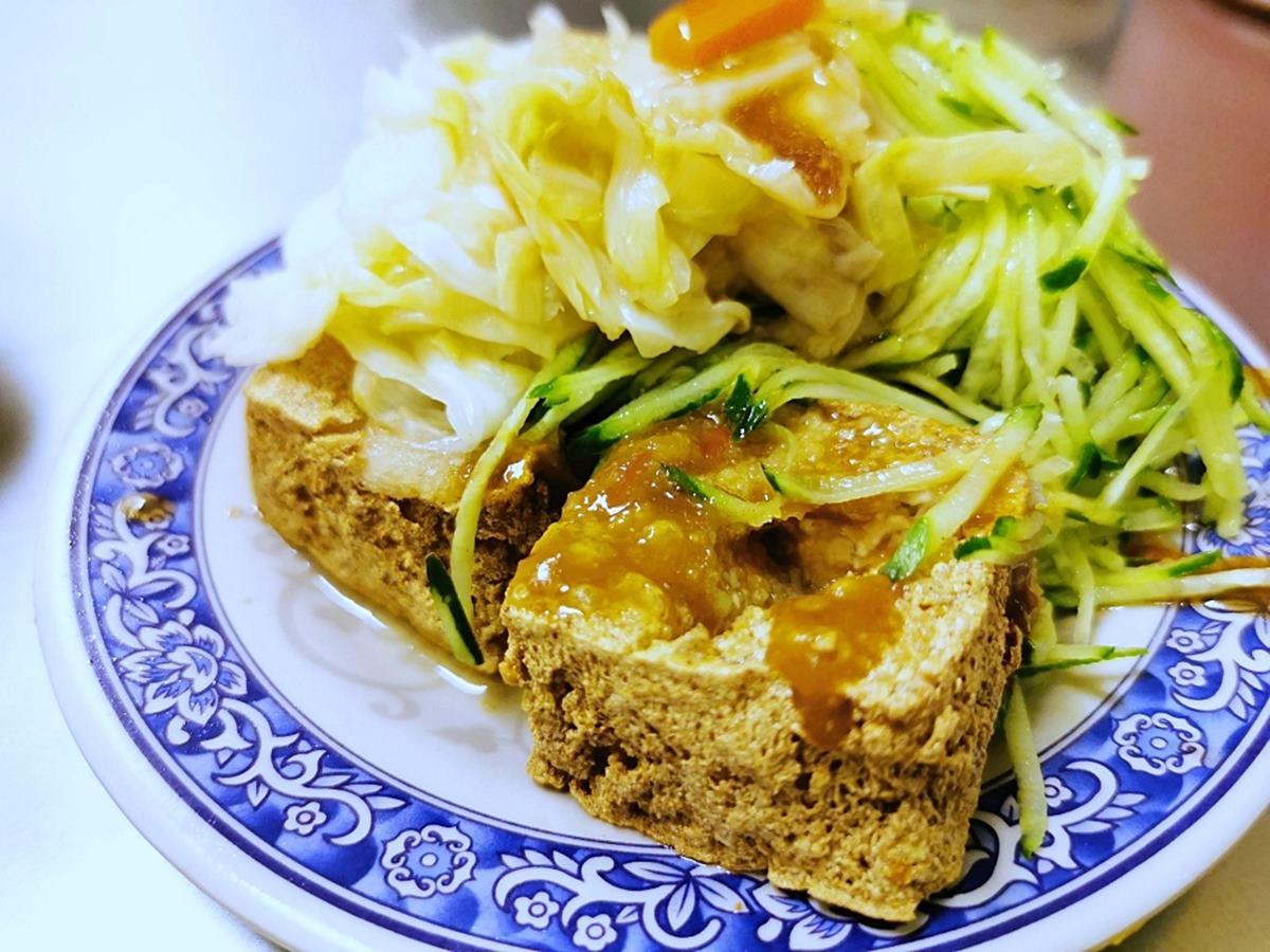 從攤車紅到開店!台中40年「口碑臭豆腐」外酥內嫩,泡菜、黃瓜絲蓋滿整盤