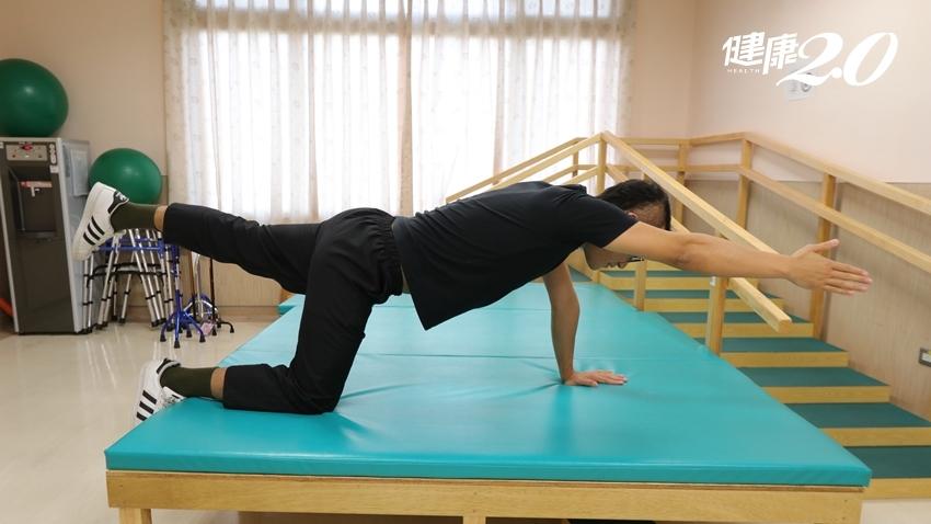 女童長期肩頸僵硬、腰酸背痛,原來是脊椎側彎!3個簡單運動自我矯正