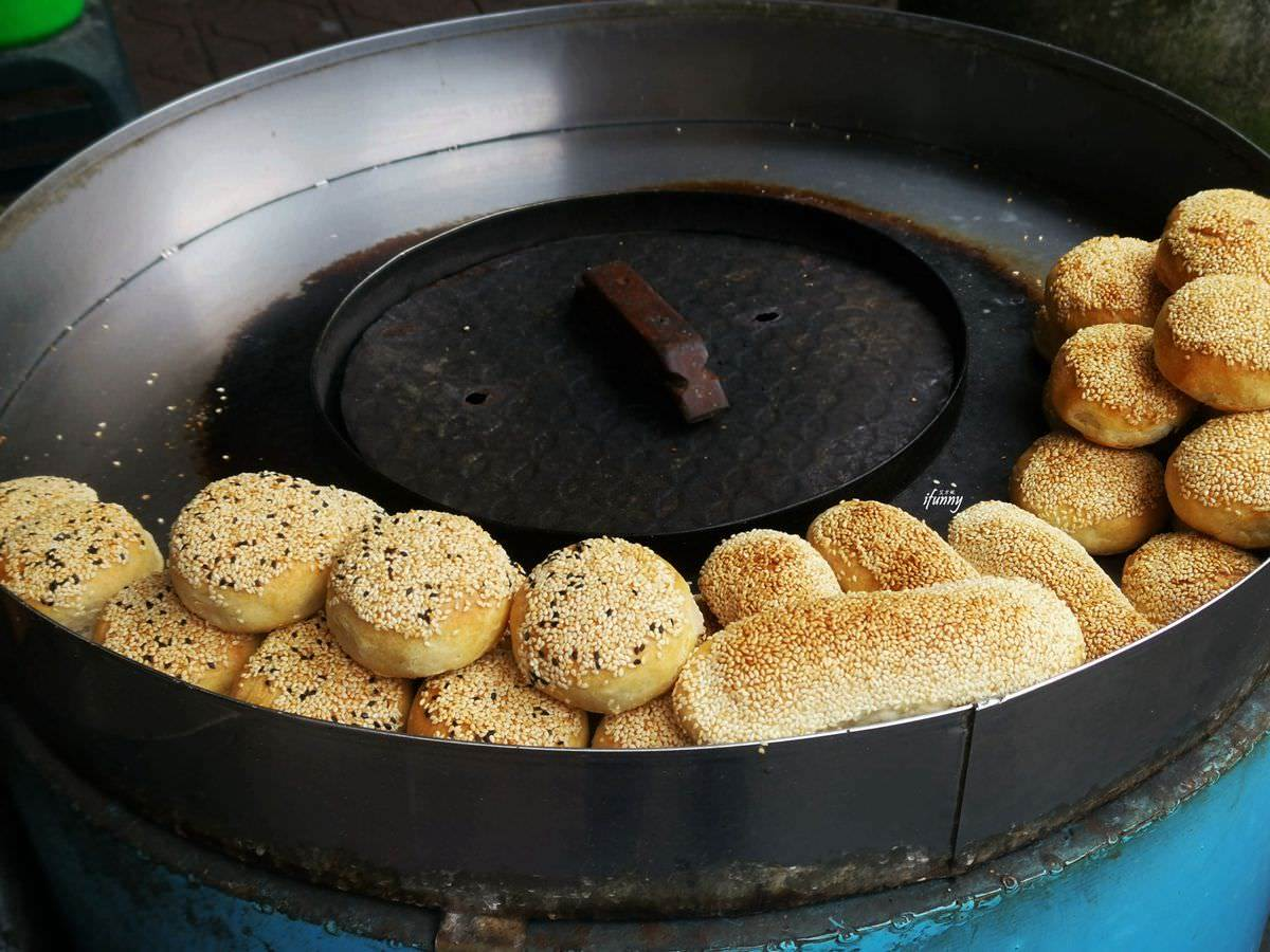 「炭香+麵香」出爐就秒殺!現做「新疆烤饢」Q勁十足,爆蔥三角餅、鹹酥餅也必吃