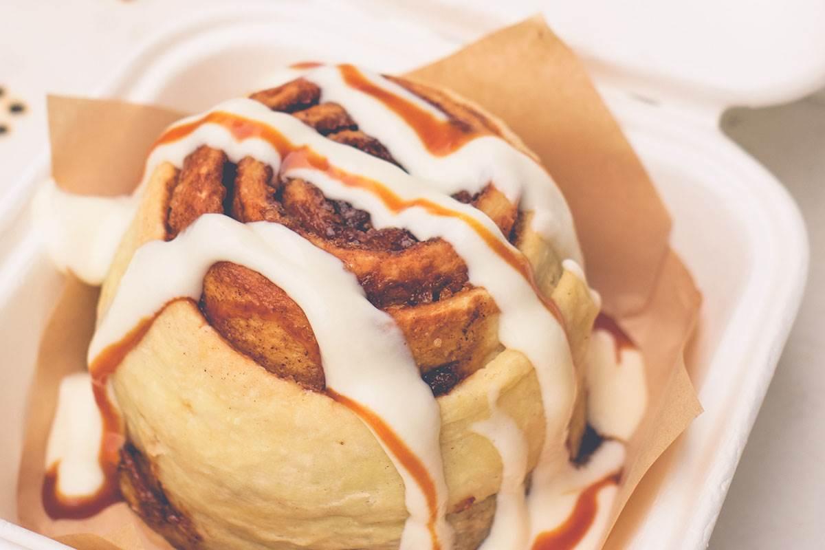 花蓮秒殺級肉桂捲!豪邁淋上鮮奶油+焦糖醬超犯規,還能美拍歐式鄉村風店景