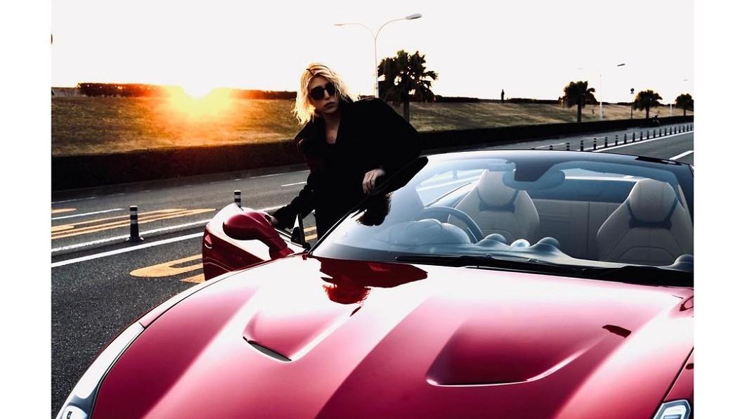 牛郎帝王羅蘭曬法拉利California T。(圖片來源/ 翻攝自IG) 牛郎帝王曬法拉利California T 嘆沒時間享受開車時光