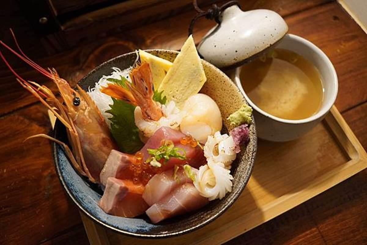 Google 4.8星日料!海鮮丼有大蝦、干貝超澎派,「鮭魚毛毛蟲」加炸蝦、鮭魚卵也必吃