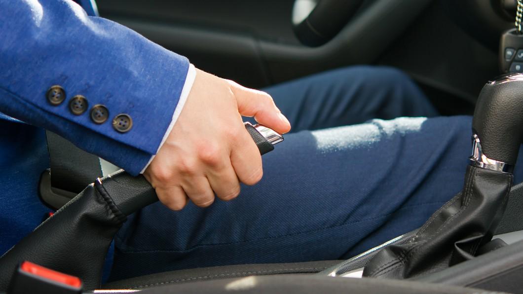 斜坡停放車輛煞車使用學問大。(圖片來源/ Shutterstock) 斜坡停車意外頻傳 每次這樣做當心手煞壞超快