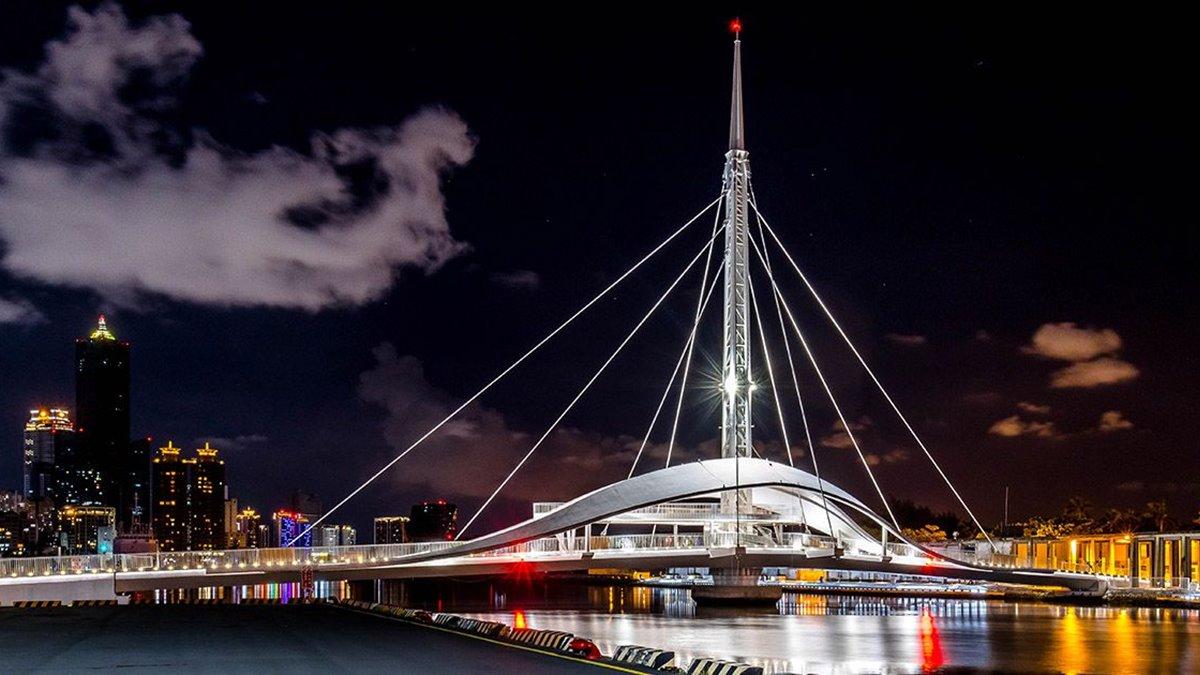 高雄輕軌「哈瑪星→軟體園區」8打卡點:純白旋轉橋、最美玫瑰聖母堂,順路吃7美食
