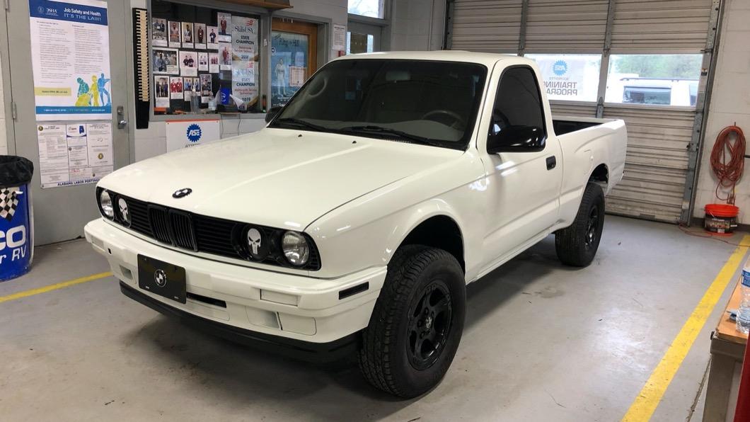 這款造型特殊的皮卡車,其實是由美國阿拉巴馬州技職學校學生親手打造的作品。(圖片來源/ Alabama Auto Show) BMW賣過美式皮卡? 與Toyota結合又一力作