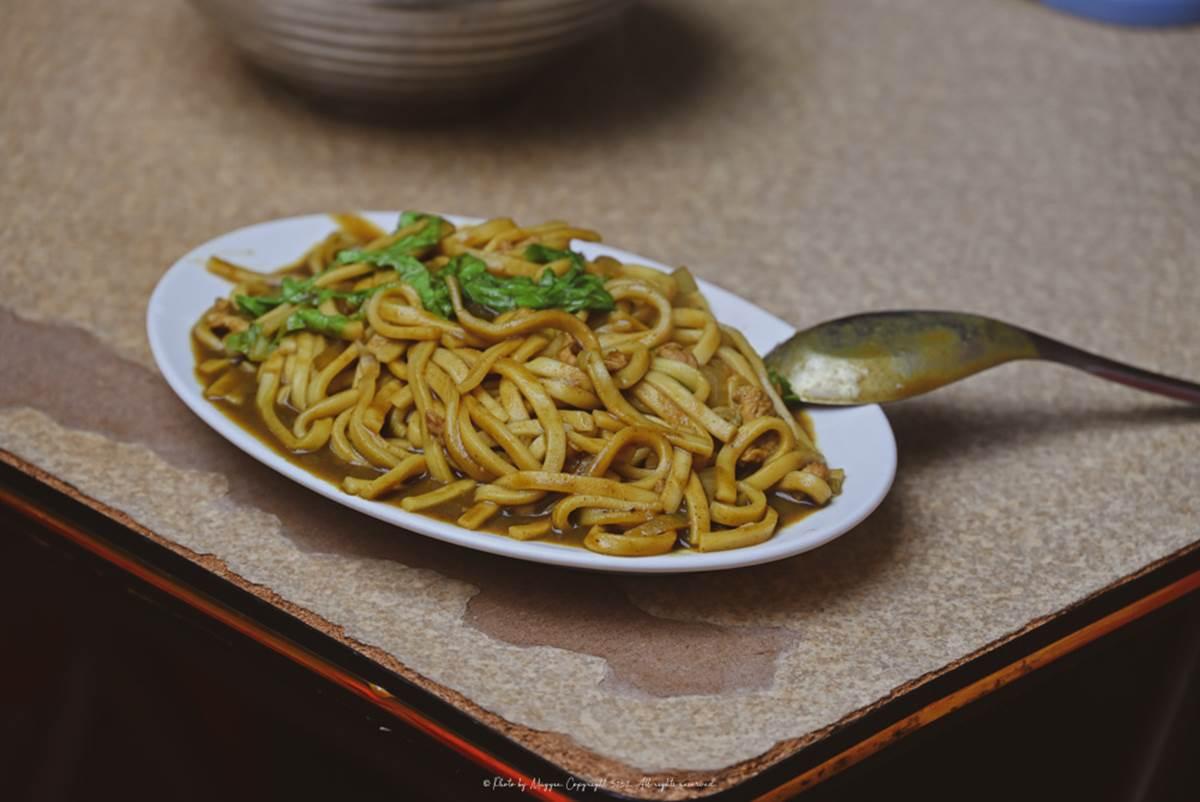來基隆必吃咖哩炒麵!在地人推慶安宮這家「從小吃到大」,平價大碗配蚵仔湯更搭