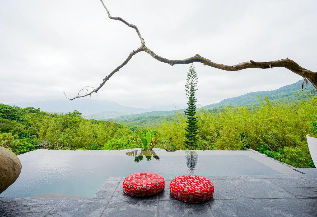 山林無邊際泳池好無敵!墾丁超夯Villa能泡澡看星星,還有IG必拍「漂浮早餐」