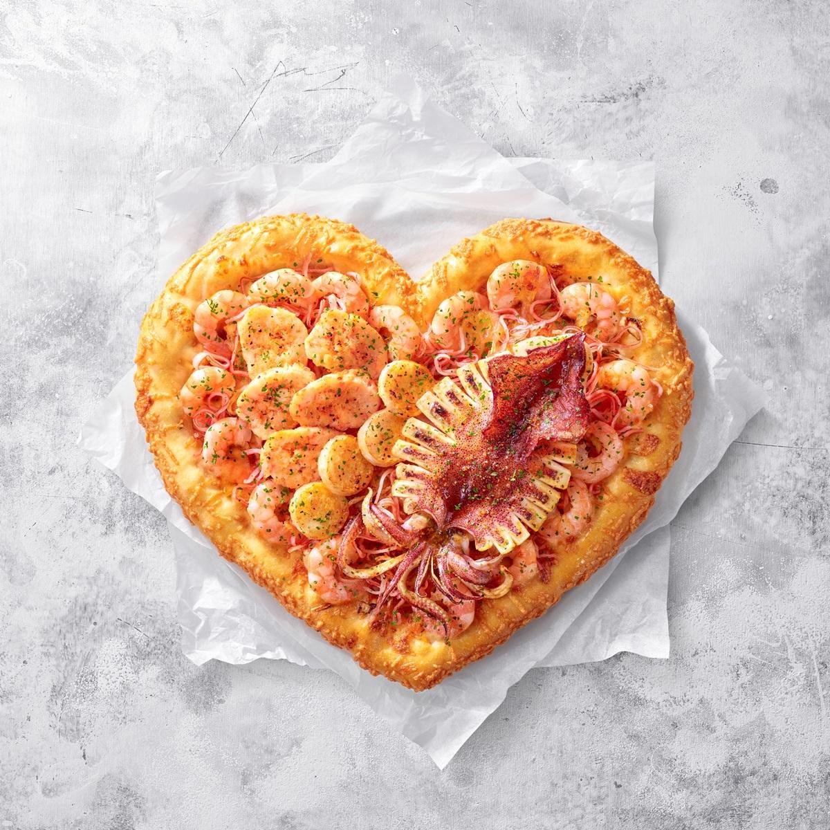超狂披薩「夜市烤魷魚」整隻放上去!滿滿龍蝦、干貝「愛心披薩」這裡吃,還有芝心牽絲