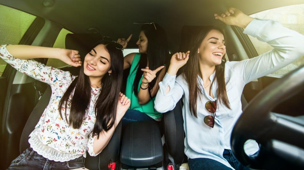 聽音樂可以帶來許多好處,能夠有效舒緩情緒並且使身心放鬆、舒緩壓力。(示意圖/ shutterstock) 開車「聽這歌」一秒變車神? 網友歌單超有梗
