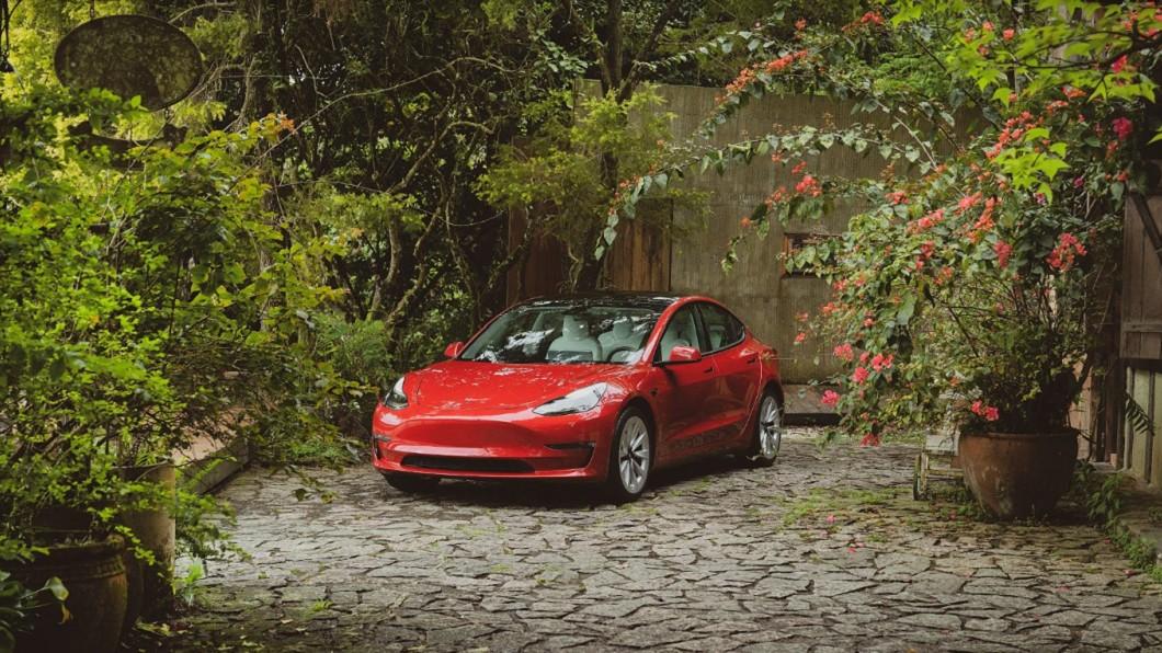透過Road Trip活動,消費者可駕著Model 3駛入首次開放的花蓮「梯田山」民宿秘境。(圖片來源/ Tesla) 特斯拉Model 3推露營模式 科技大空間能開到哪就住到哪