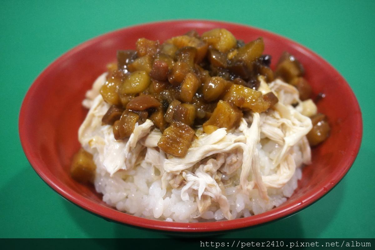一碗料滿滿!基隆小店「雞魯飯」吃得到鵝油蔥酥香,花生粉涼拌雞絲也必點