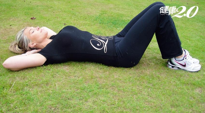 瘦腰、保養心血管、平小腹…鍛鍊腹肌5大好理由!圖解「捲腹教學」