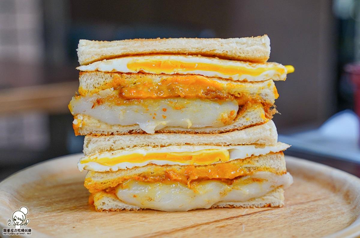 香菜控會瘋!超有哏早餐店蛋餅竟包「整支豬血糕」,芫荽、花生粉、加點辣更搭