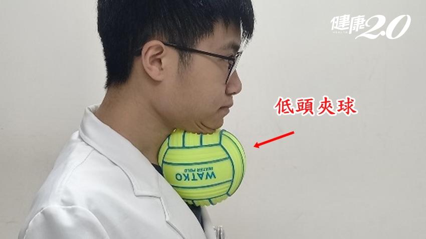 經常嗆到、吞嚥困難的人,快練「下巴夾球」8周就能改善