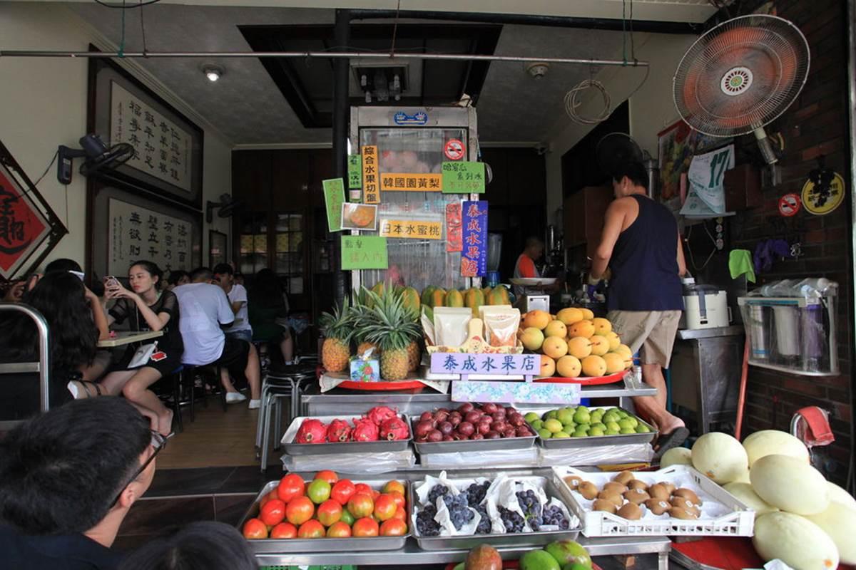 水果當碗好浮誇!台南老字號冰店必點超有哏「哈密瓜冰」,義式冰淇淋吃完還能嗑果肉