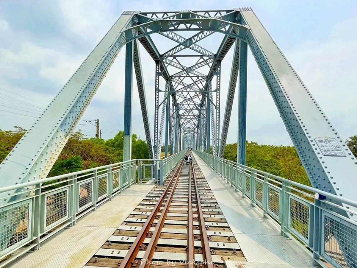 好拍又好玩!高雄百年鐵橋3處打卡點:古蹟級天空步道、限定版「花磚愛玉」、砌灶DIY