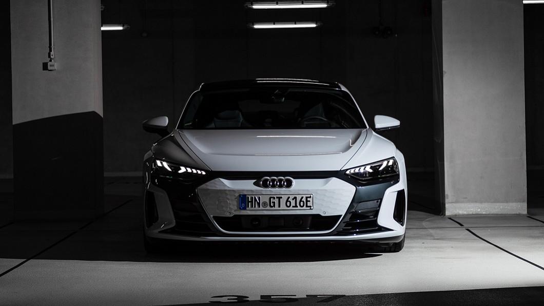 《車輛安全資訊網》公布的前方與側面碰撞乘員防護合格產品名單中已可看見e-tron GT身影。(圖片來源/ Audi) 電能跑車e-tron GT安審過關 鋼鐵人座車預計年底限量來臺