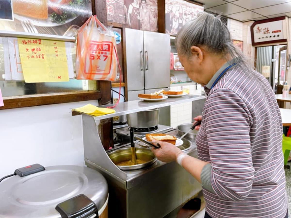 台南79年老字號!棺材板始祖「金黃吐司」注入白色濃湯超誘人,老饕先吃「蓋」再嘗餡