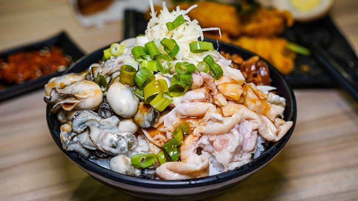 外帶、外送都可以!「滷肉飯界LV」鋪滿滿鮮蚵+大腸,加胡椒粉、辣醬更對味