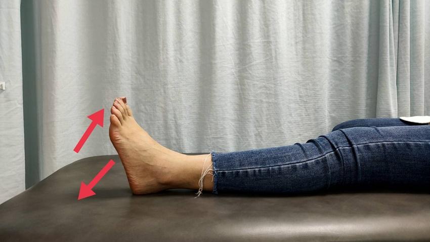 她下床踩地就劇痛!治療師4招伸展運動改善足底筋膜炎