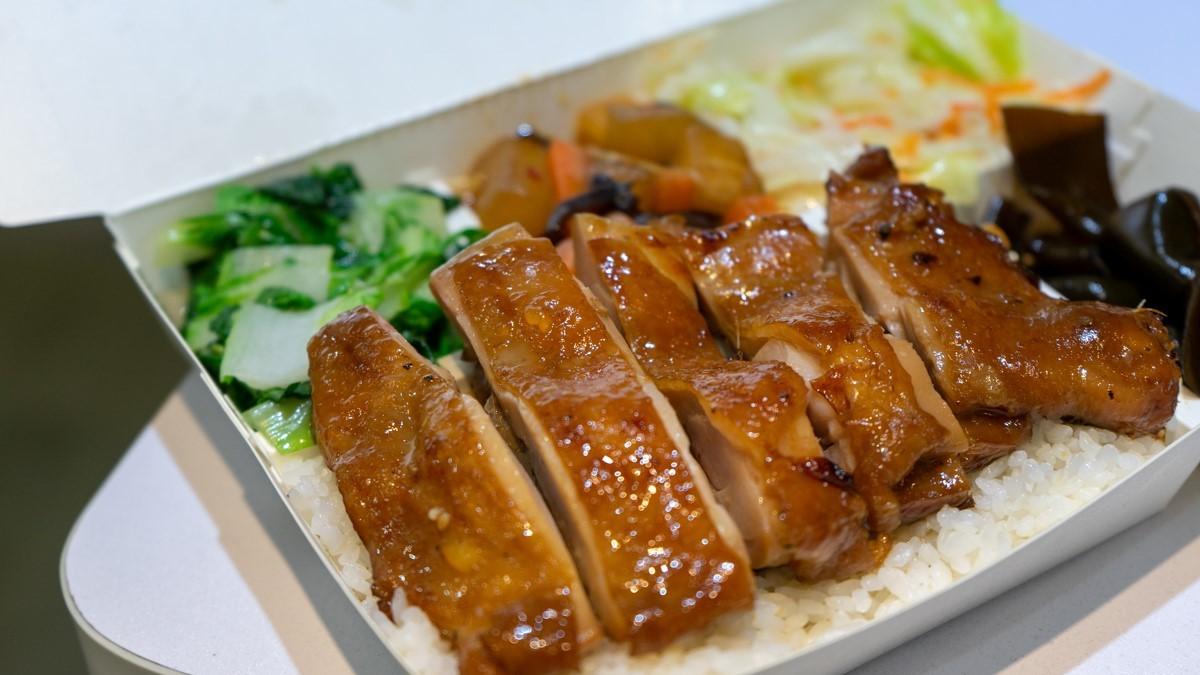 萌到捨不得吃!澎派烤物便當1份有10種汆燙配菜,還有超Q小動物飯糰可預訂