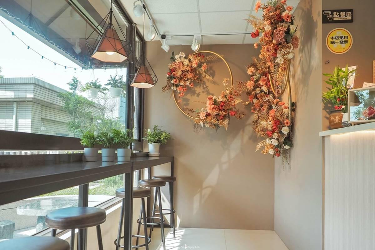 在家爽吃東南亞菜!越式咖啡廳「招牌牛河」又酸又辣超開胃,道地炸春捲蘸魚露醬最對味