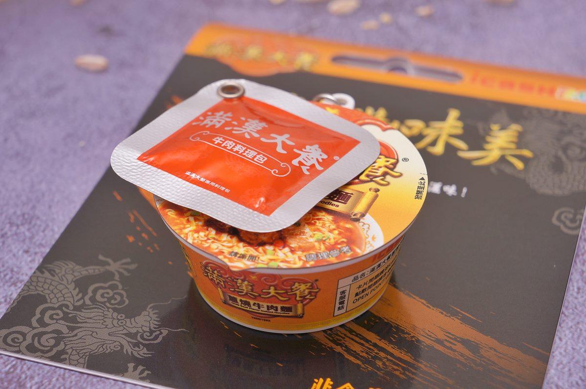 一嗶卡就餓!「滿漢大餐蔥燒牛肉麵」縮小變身icash 2.0,神還原牛肉料理包與泡麵體