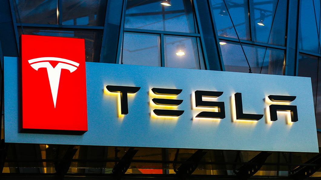 Tesla向美國商標局重新註冊餐飲服務的商標。(圖片來源/ Shutterstock) Tesla進軍餐飲業! 超充站還能吃漢堡看電影