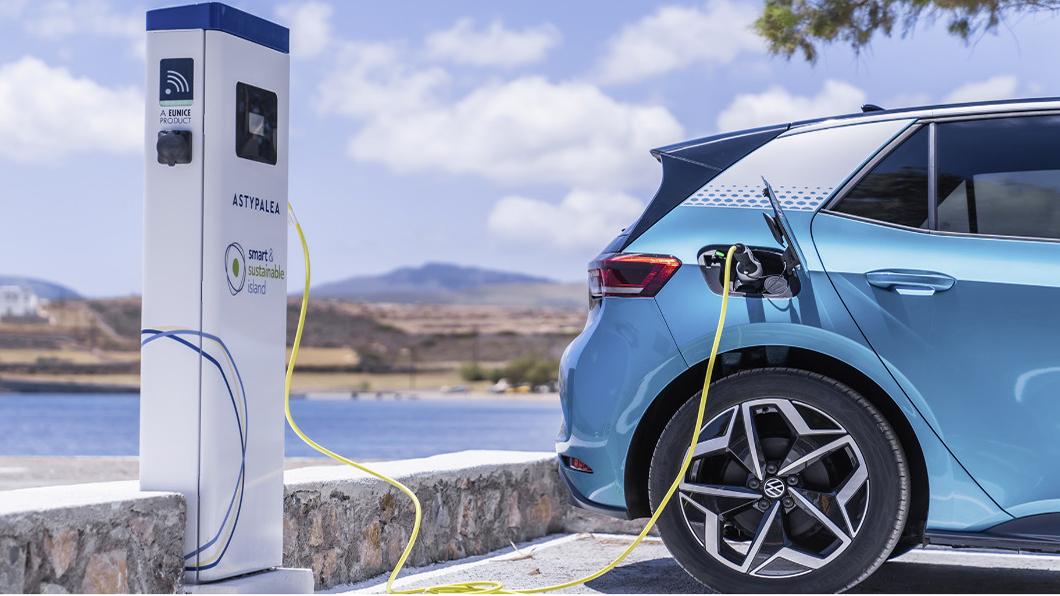 VW計劃提供1000輛電動車運用在島上商用運輸及政府、機場和警察機關,VW旗下的ID.3、ID.4和 e-Up!等電動車將在島上趴趴走。(圖片來源/ VW) VW打造電動車天堂 愛琴海小島成歐洲脫碳實驗室