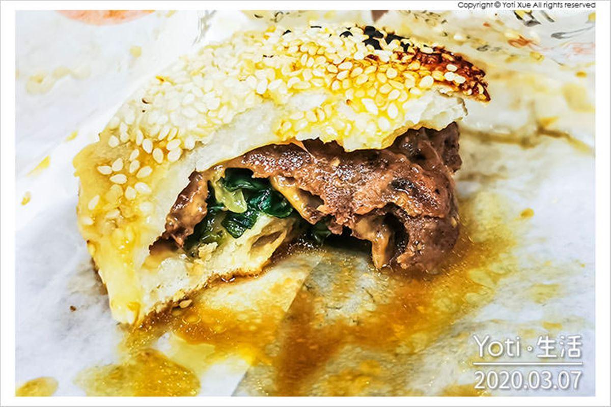 一撕開就爆汁!傳統貼爐炭烤胡椒餅搭「牽絲起司」愈吃愈唰嘴,滿滿蘿蔔絲口味也必點
